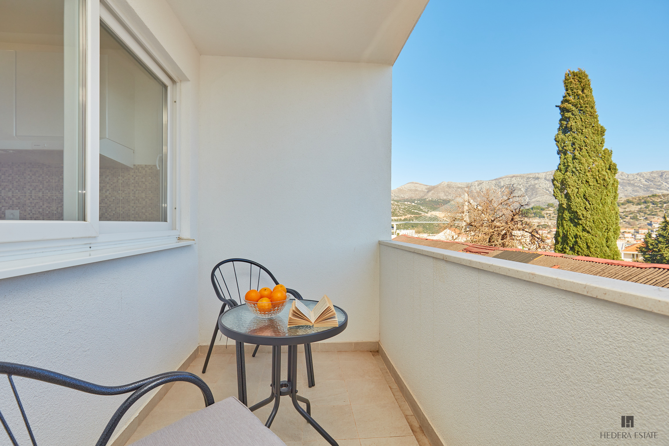 <p>Sleeps 2 (+2)<br />1 bedroom<br />1 bathroom<br />Kitchen, dining area and living room<br />Balcony with sea view <br />Distance to Old Town: 10 minutes by bus<br />Distance to Lapad bay:5 minutes walk</p>