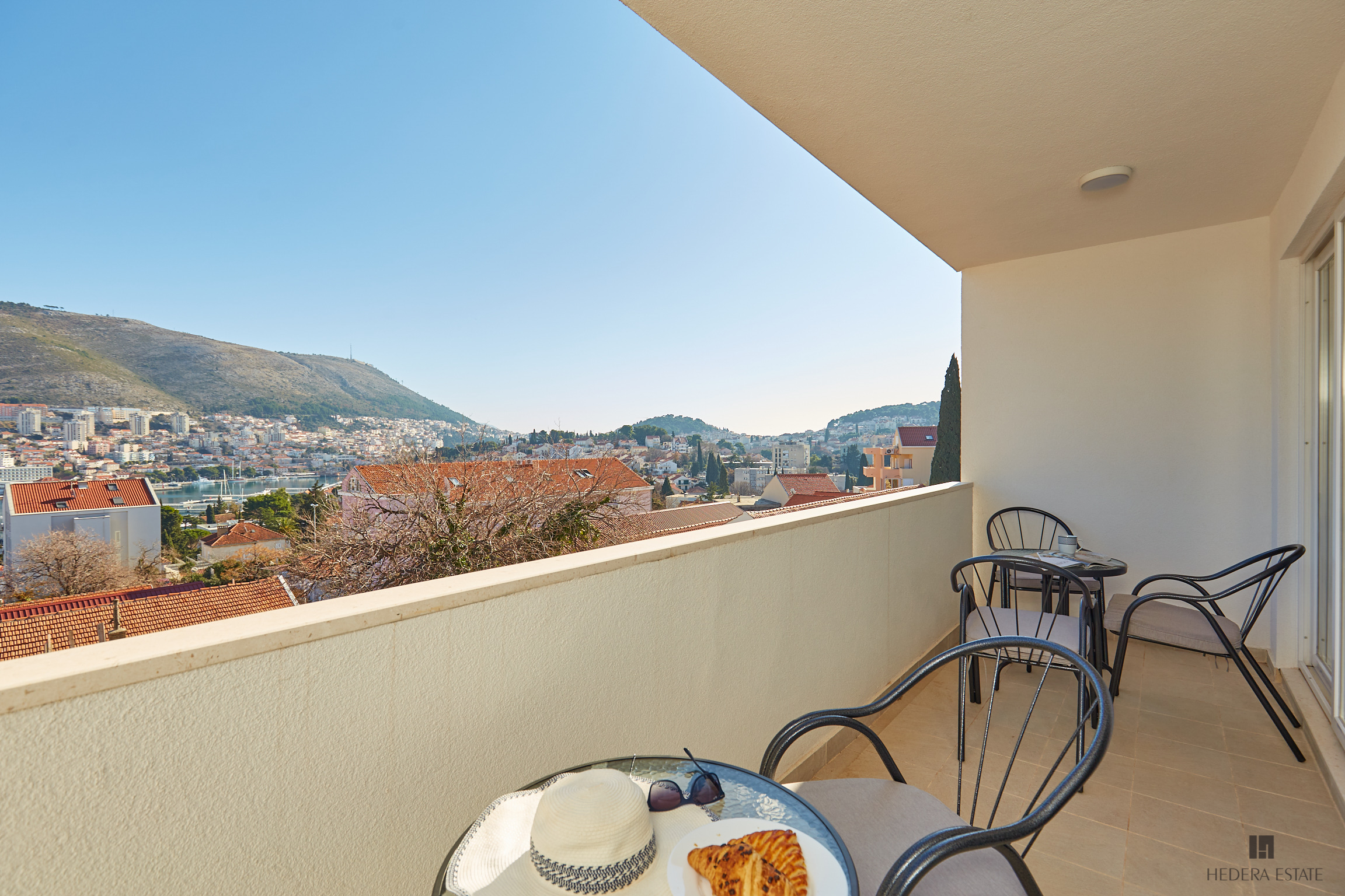 <p>Sleeps 7<br />4 bedrooms<br />2 bathrooms<br />Kitchen, dining area and living room<br />Balcony with sea view<br />Distance to Old Town: 10 minutes by bus<br />Distance to Lapad bay:5 minutes walk</p>