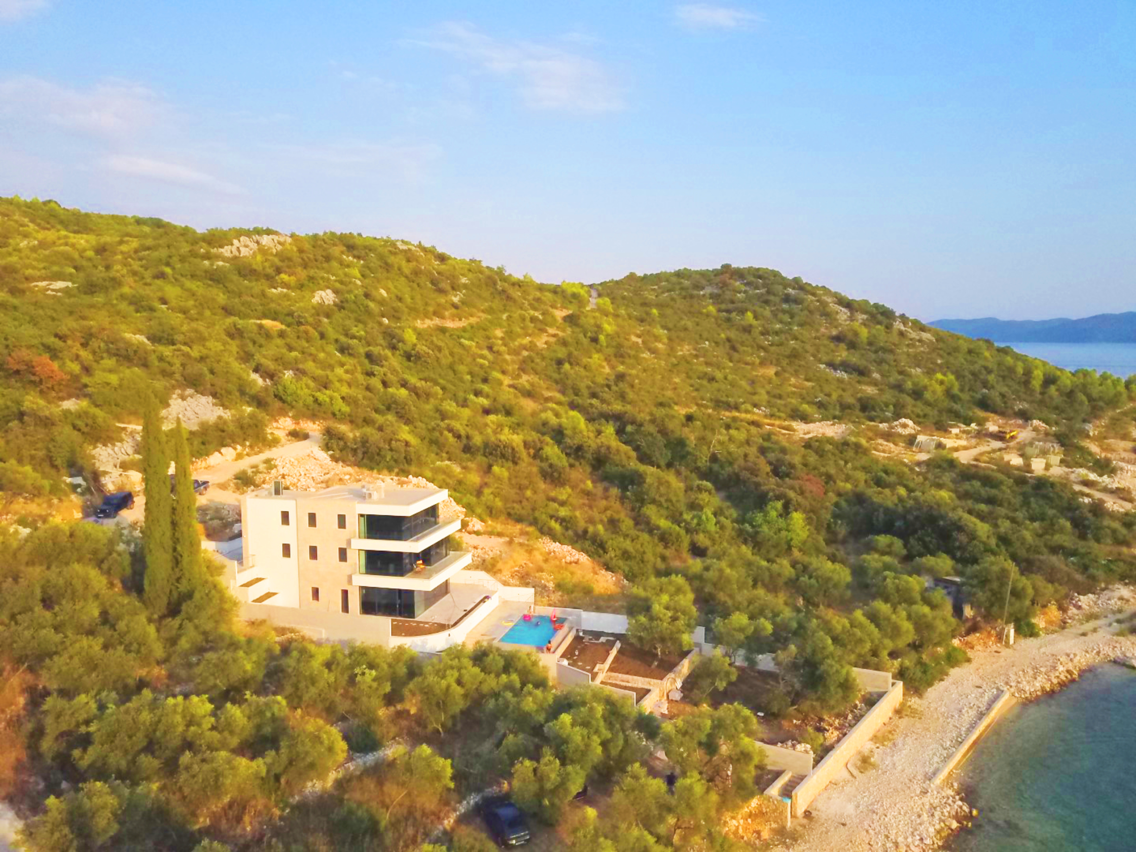 <p>Sleeps 12 (+2)<br />6 bedrooms<br />6.5 bathrooms<br />Kitchen and dining area <br />Terrace with a swimming pool<br />Private parking place<br />Distance to Old Town Dubrovnik: 35 minutes drive</p><p>Distance to beach: 1-2 minutes walking</p>