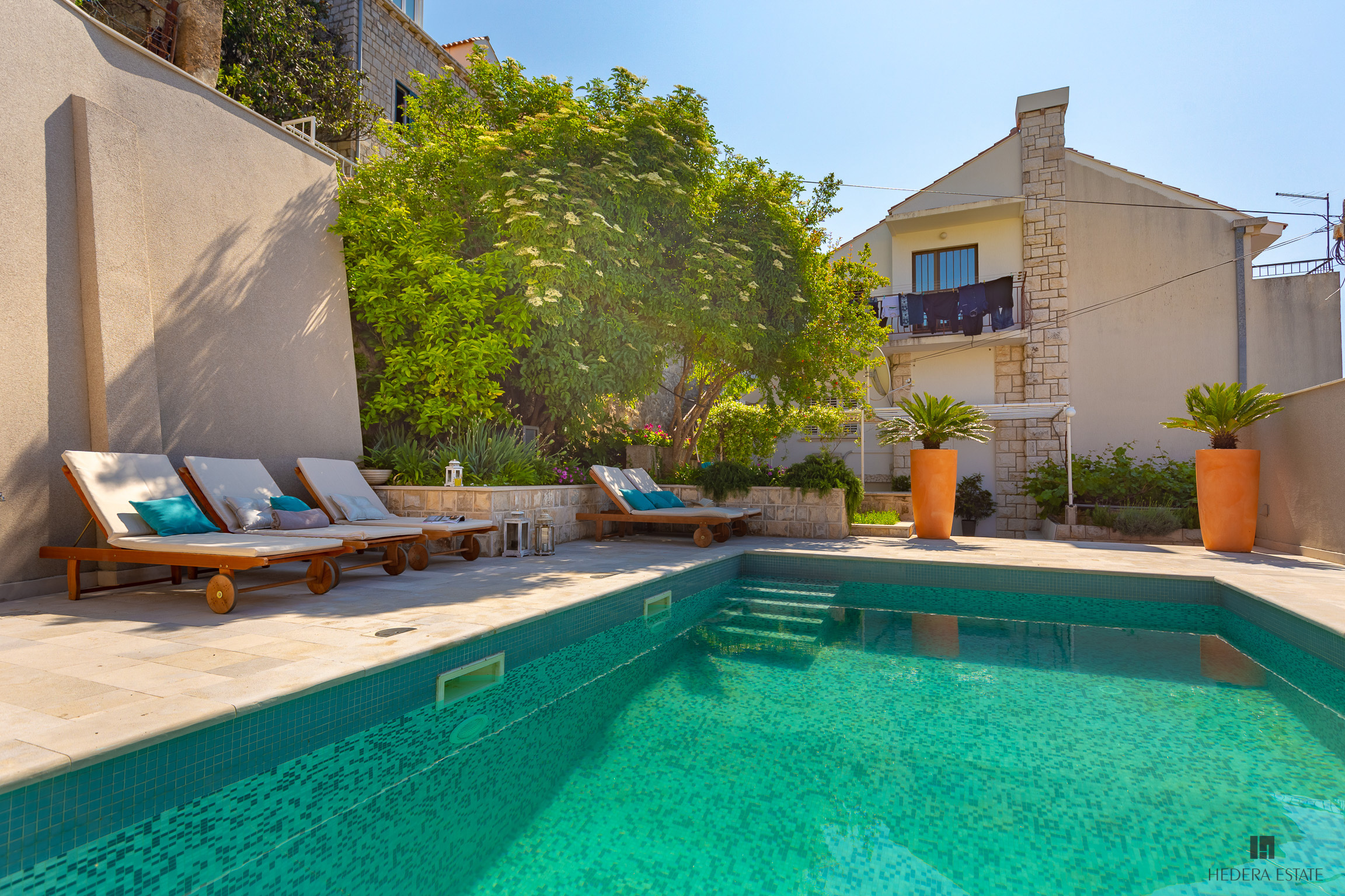 <p>Sleeps 4 (+1)<br />2 bedrooms<br />1 bathroom<br />Kitchen, dining area and living room<br />Swimming pool, 2 terraces, lounge, BBQ<br />Balcony with a sea view<br />Distance to Old Town: 3-4 minutewalk</p>