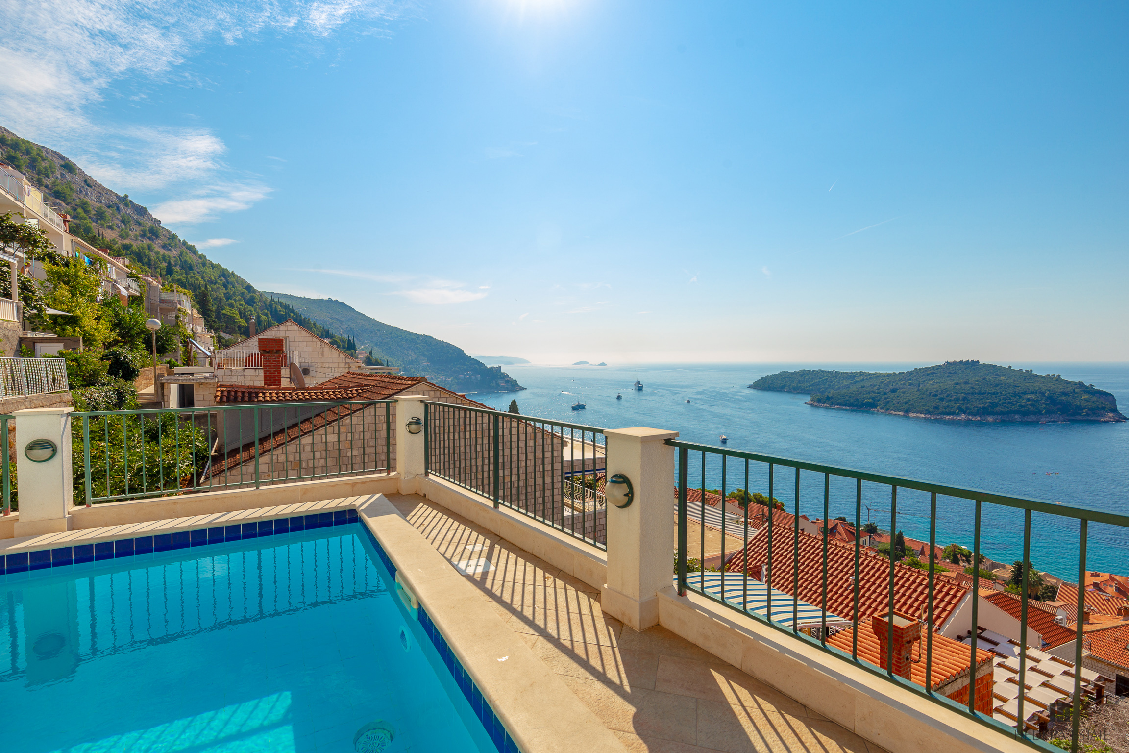 <p>Sleeps 6 (+2)<br />3 bedrooms<br />2 bathrooms<br />Swimming pool, 2 terraces/lounge/BBQ<br />parking place<br />Distance to Old Town: 7-10 minutes walk</p>