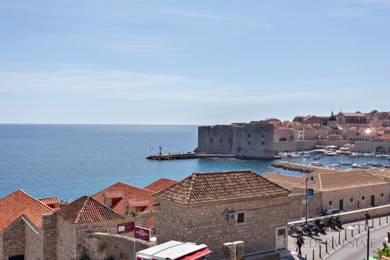 <p>Sleeps 6 (+2)<br />3 bedroom<br />3.5 bathroom<br />lounge room with sofa bed<br />1 terrace with jacuzzi and sea view, Pets are not allowed<br />Distance to Old Town: 2 minutes on foot</p>