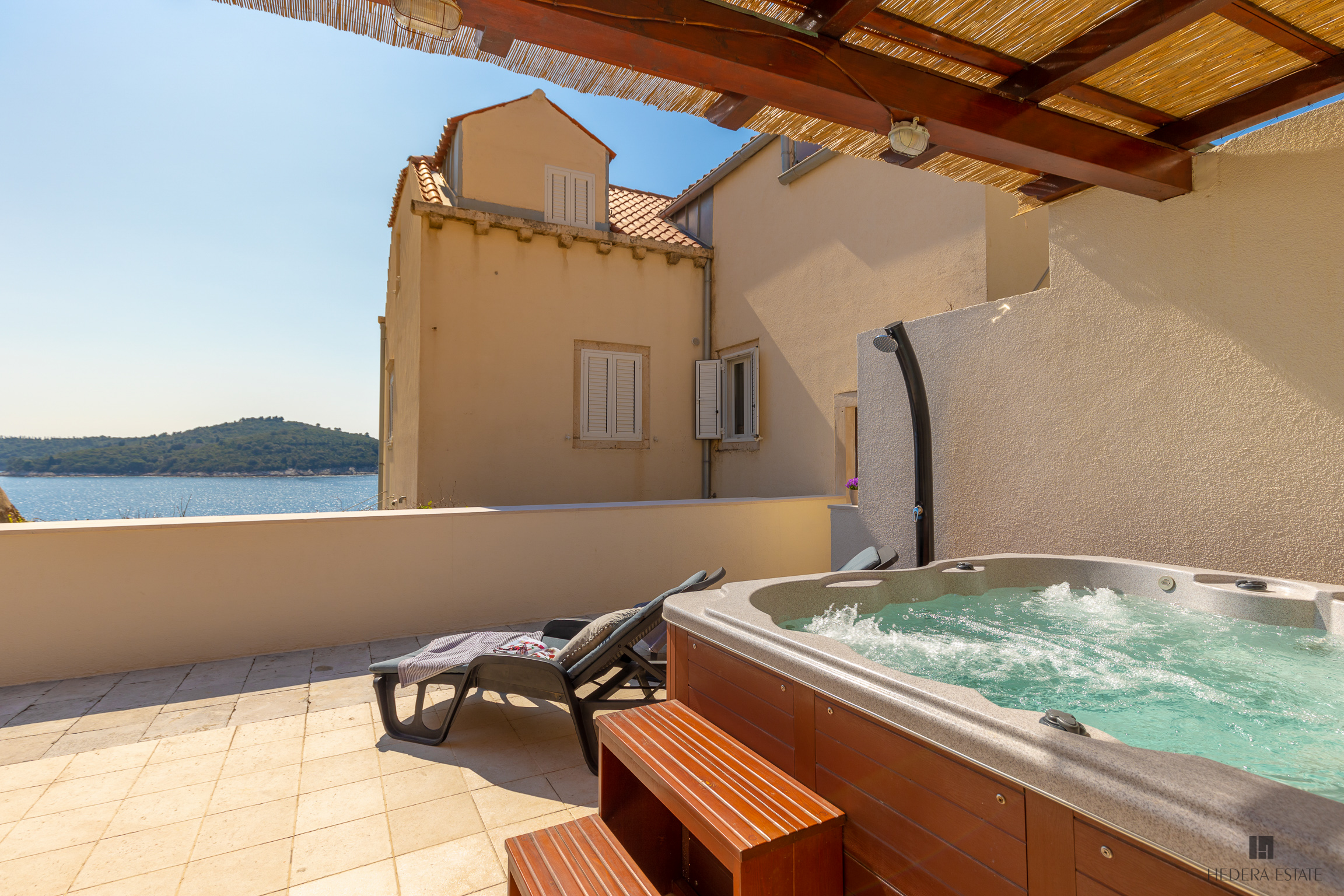 <p>Sleeps 6 (+2)<br />3 bedrooms<br />3.5 bathrooms<br />Kitchen, dining area and living room<br />Lounge room with a sofa bed<br />1 terrace with jacuzzi and sea view<br />Distance to the Old Town: 2 minutes walk</p>