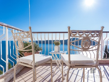 <p>Sleeps 4 (+2)<br />2 double bedrooms<br />2 bathrooms<br />1 large terrace with Old Town/sea view<br />1 parking place<br />Distance to Old Town: 5 minutes on foot</p>