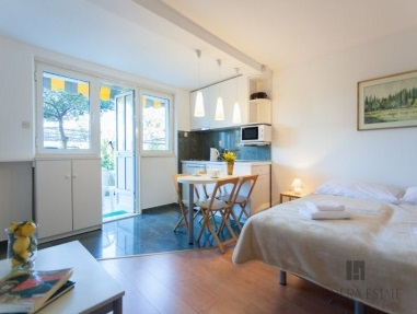<p>Sleeps 2<br />1 double bed<br />1 bathroom<br />Kitchen and dining area<br />1 terrace with a sitting area<br />Parking place<br />Distance to Old Town: 12&nbsp;minutes by car</p>