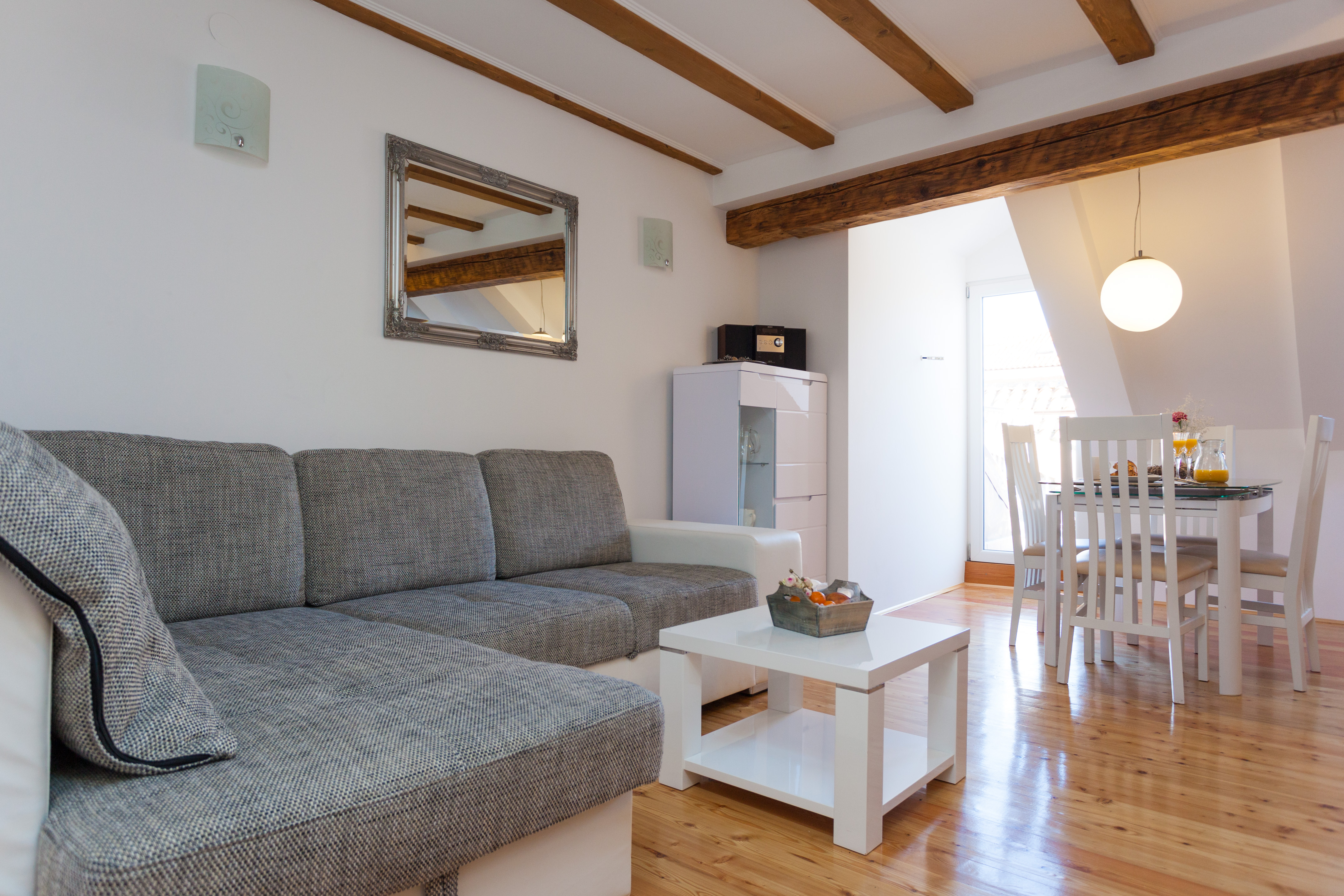 <p>Sleeps 2 (+2)<br />1 bedroom<br />1 bathroom<br />living room with double sofa bed<br />1 small balcony<br />Center of Old Town</p>