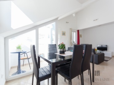 <p>Sleeps 12 (+14)<br />6 bedrooms<br />6 bathrooms<br />6 kitchens, dining areas &amp; living rooms<br />2 balconies, 2 terraces<br />Distance to Old Town:20&nbsp;minutes walk<br />Distance to the beach: 15 minutes walk</p>