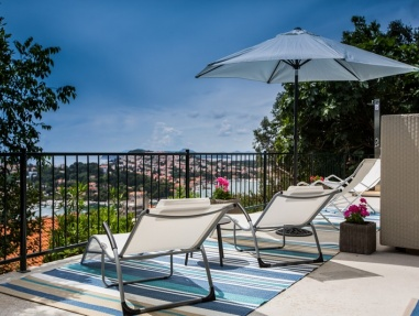 <p>Sleeps 8+2<br />4 bedrooms<br />3 bathrooms<br />Terrace<br />Swimming pool, jacuzzi, outdoor seating areas and BBQ, pet friendly, two private parking places<br />Distance to Old Town: 2 km walk, 20 km to airport</p>