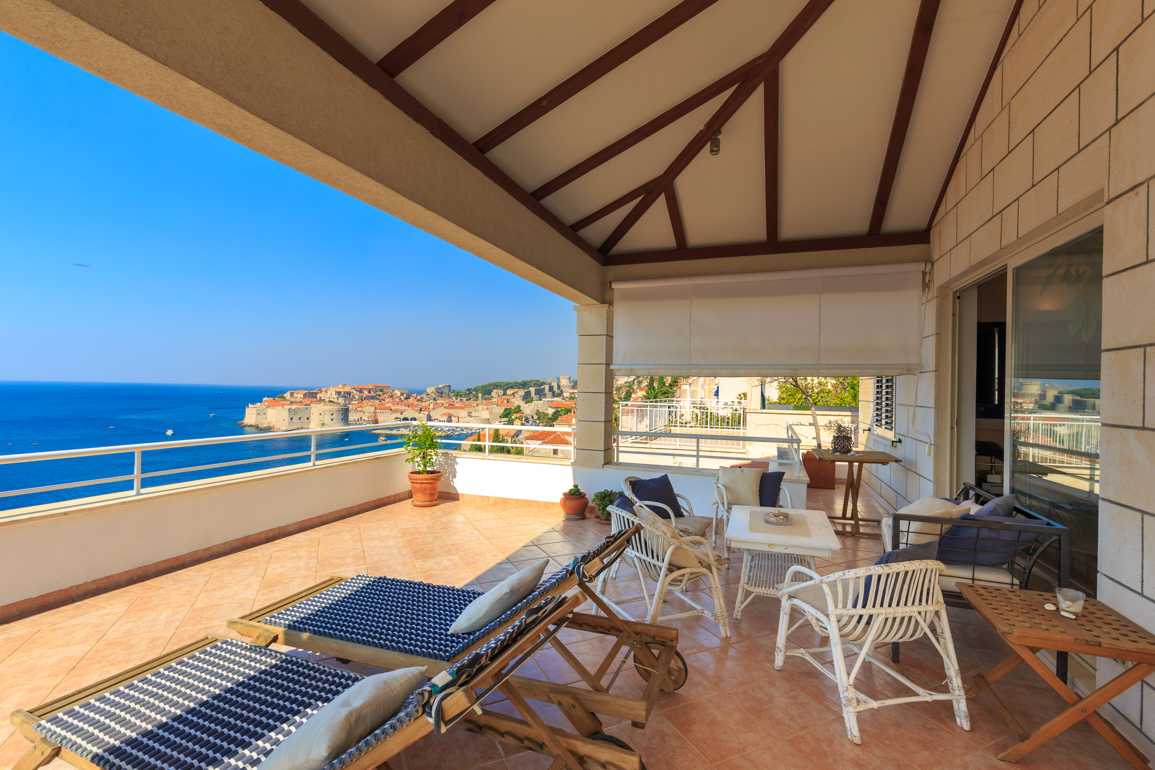 <p>Sleeps 6<br />3 bedrooms<br />3 bathrooms<br />Kitchen, dining area and living room<br />Terrace and outside sitting area<br />Distance to Old Town: 5 minutes walk<br />Distance to Banje beach: 3 minutes walk</p>