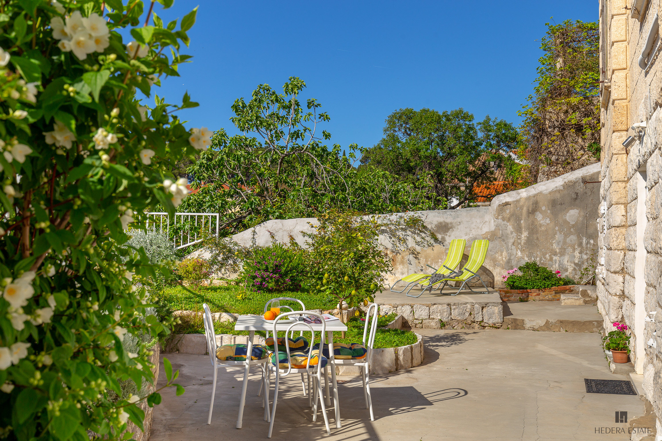 <p>Sleeps 2 (+2)<br />1 bedroom<br />1 bathroom<br />Kitchen, dining area and living room<br />Distance to beaches: 10 minutes walking<br />Distance to Old Town: 3&nbsp;minutes walk with a small amount of&nbsp;stairs</p>