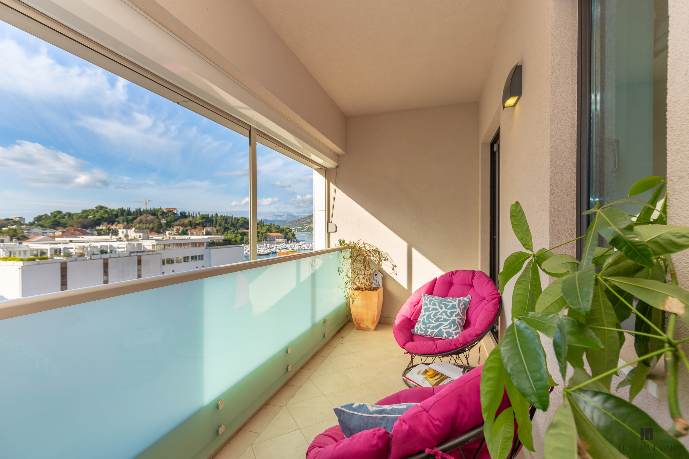 <p>Sleeps 4 (+2)<br />2 bedrooms<br />2,5 bathrooms<br />A covered balcony<br />Kitchen, dining area and living room<br />Distance to the beach: 15 minutes walk<br />Distance to Old Town: 20 minutes walk</p>