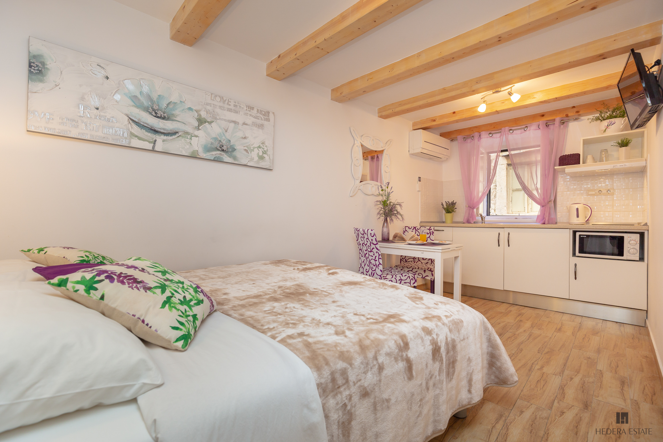 <p>Sleeps 2<br />1 double bed<br />1 bathroom<br />Kitchenette and dining area<br />Located in the Old town&nbsp;<br />Distance to Buza beach: 2 minutes walk<br />Distance to Banje beach: 10 minutes walk</p>