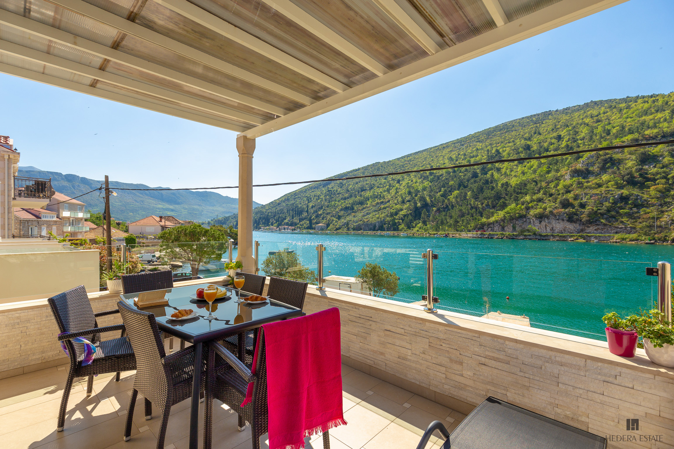 <p>Sleeps 8<br />4 bedrooms<br />3 bathrooms<br />Kitchen, dining area and living room<br />Balcony<br />Parking place<br />Distance to Old Town: 15 minutes by car</p>
